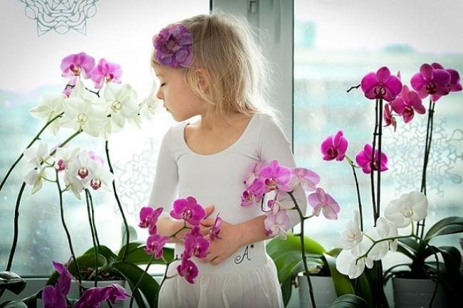 Ребенок нюхает цветы