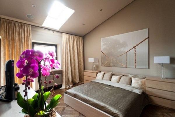 Орхидея в спальне классического интерьера